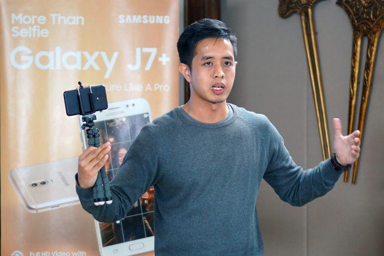 Vlogger teknologi Putu Reza saat berbicara mengenai tips membuat video dengan smartphone, dalam acara Media Workshop Samsung Galaxy J7 Plus di Jakarta, Rabu (1/11/2017).