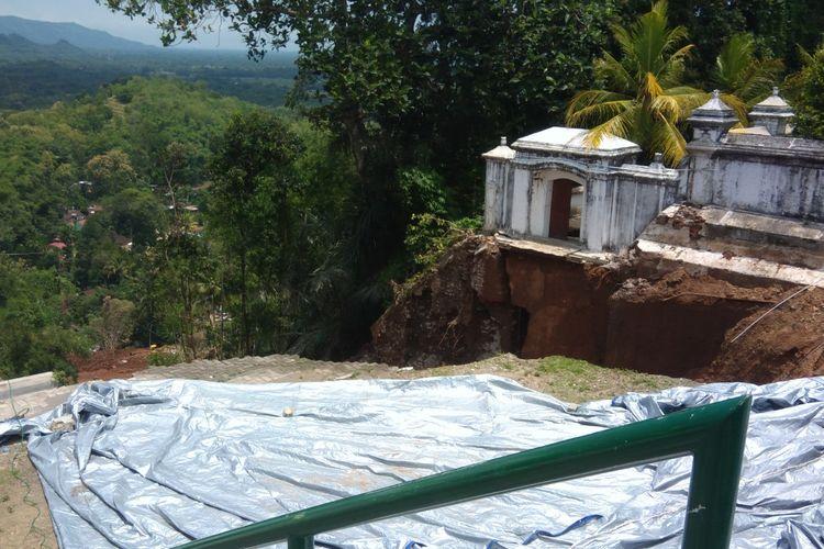Terpal Sudah Terpasang di Bagian Atas Makam Raja Mataram Imogiri, Bantul, Jumat (22/3/2019)