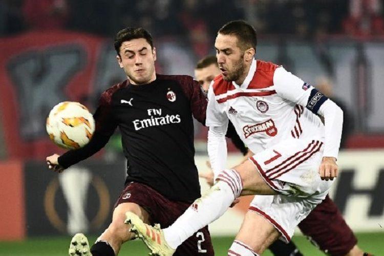 Kostas Fortounis dan Davide Calabria saling beradu dalam laga Olympiacos vs AC Milan di Stadion Karaiskaki pada pertandingan Liga Europa, 13 Desember 2018.