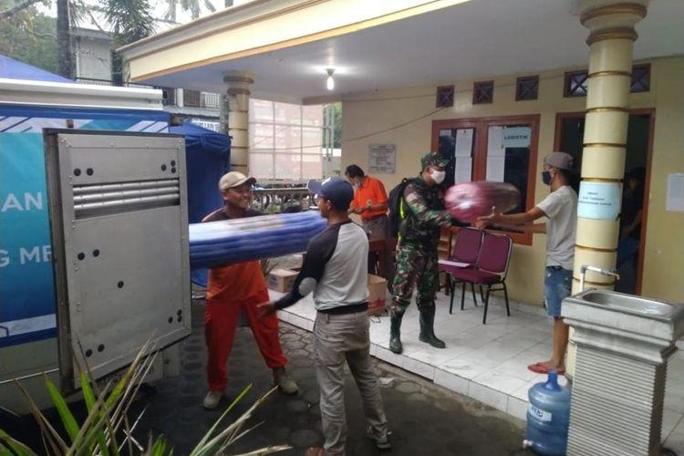Penyerahan bantuan dari Yayasan Dana Kemanusiaan Kompas di Balai Desa Banyurojo, Kecamatan Mertoyudan, Kabupaten Magelang, Jawa Tengah, Minggu (15/11/2020).