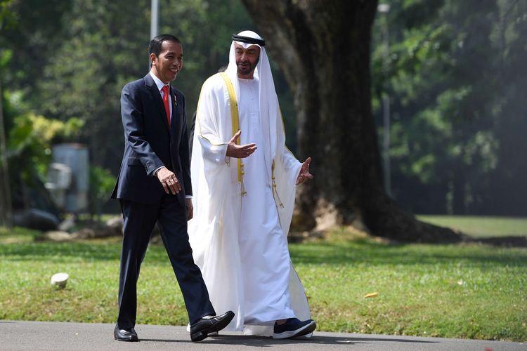 Presiden Joko Widodo (kanan) menyambut Putra Mahkota Abu Dhabi/Wakil Panglima Tertinggi Angkatan Bersenjata Persatuan Emirat Arab Sheikh Mohamed Bin Zayed Al Nahyan (kiri) saat kunjungan kenegaraan di Bandara Soekarno Hatta, Tangerang, Banten, Rabu (24/7/2019).