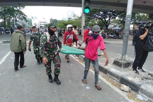 Massa Aksi dan TNI Bahu Membahu Bereskan Besi Trotoar yang Lepas di Jatibaru
