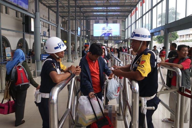 Proses pengecekan identitas dan tiket penumpang kereta api sebelum masuk peron stasiun. Proses ini dinamakan boarding, sama seperti pesawat, kini kereta api juga memiliki proses tersebut.