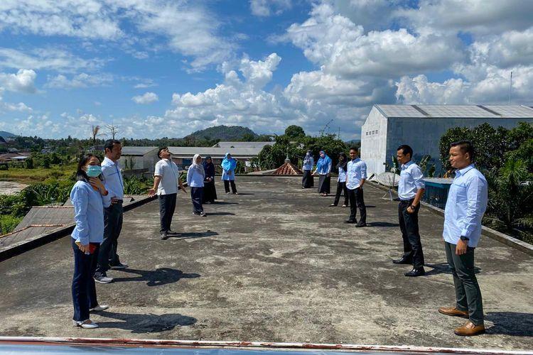 Pegawai PLN Bangka Belitung berjemur di atap gedung kantor mereka, Selasa (24/3/2020).