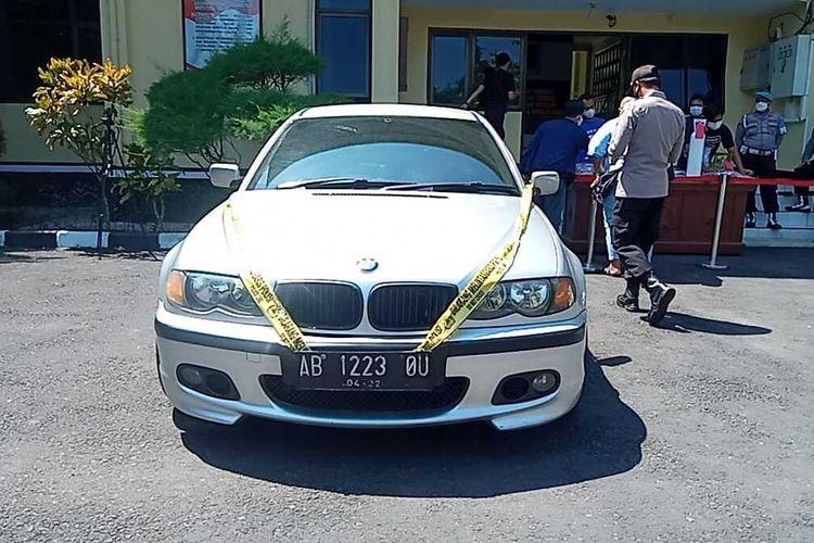 Barang bukti mobil BMW yang diamankan dari tersangka pembobolan ATM di kawasan Mertoyudan, Kabupaten Magelang, Jawa Tengah, Mobil kini diamankan di mapolres Magelang, Minggu (15/8/2021).