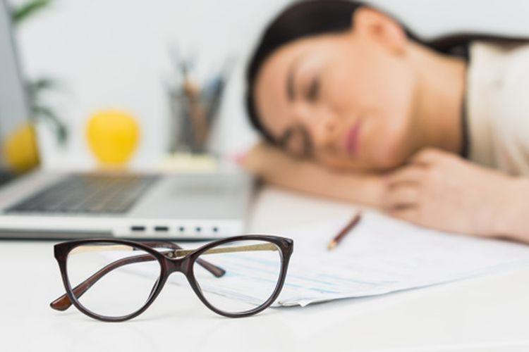ilustrasi memanfaatkan waktu istirahat kantor untuk tidur