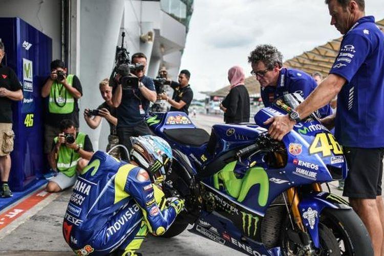 Pebalap Movistar Yamaha asal Italia, Valentino Rossi, bersiap sebelum menjalani tes pramusim MotoGP di Sirkuit Sepang, Malaysia, Selasa (31/1/2017).