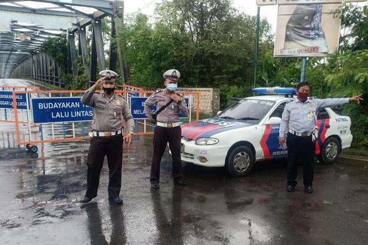 Petugas Kepolisian menutup total jembatan pemghubung Kabupaten Bojonegoro-Tuban, agar tidak dilalui kendaraan yang akan melintas. Rabu (4/11/2020).
