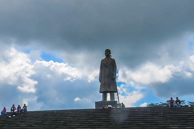 Patung Jenderal Sudirman di Monumen Jenderal Sudirman,Desa Pakis Baru, Kecamatan Nawangan, Pacitan.