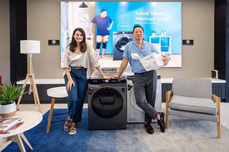 Aktor Ringgo Agus Rahman bersama dengan sang istri, Sabai Morscheck saat acara peluncuran Samsung Smart EcoBubble™ Washer, Selasa (20/4/2021).