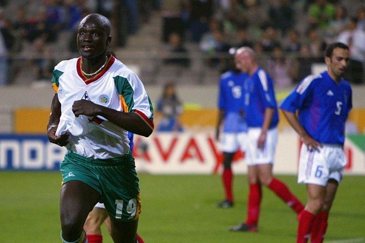 Gelandang Senegal, Papa Bouba Diop, merayakan gol yang ia cetak ke gawang Perancis pada pertandingan pembuka Grup A Piala Dunia 2002 yang digelar di Stadion Seoul World Cup, 31 Mei 2002. Pada laga tersebut, Senegal menang 1-0 atas Perancis.