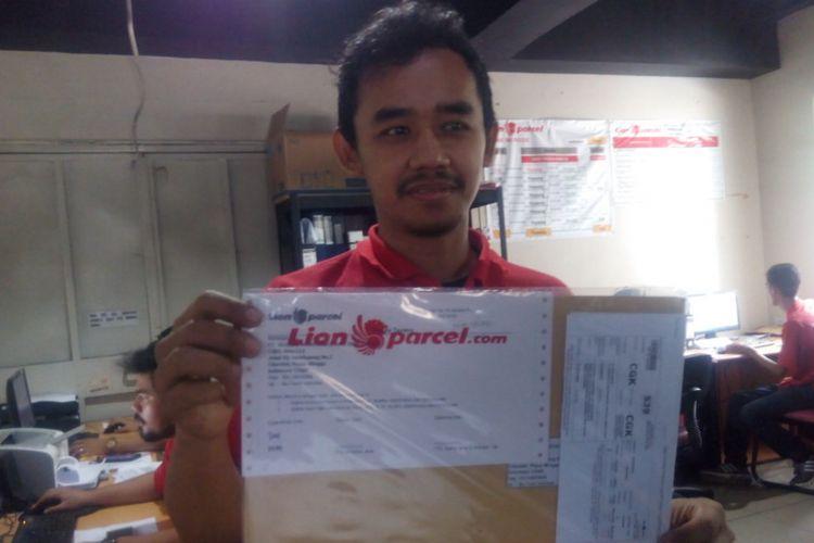 Pekerja Lion Percel memperlihatkan sebuah paket dokumen siap kirim di Kawasan Kedoya, Jakarta Barat (15/1/2019.