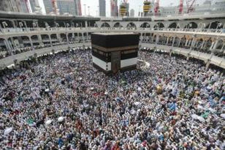 Umat Islam melakukan tawaf atau berjalan mengelilingi Kakbah di Masjidil Haram, kota suci Mekah, Saudi Arabia, 20 September 2015. Tawaf dilakukan sebagai bagian dari rangkaian ibadah haji.