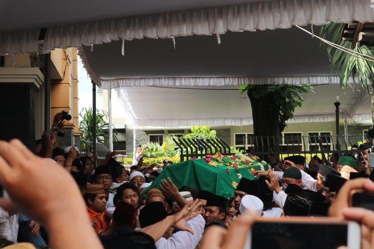 Suasana saat jenazah diantarkan menuju area pemakaman keluarga Pesantren Tebuireng Jombang, Senin (3/2/2020).