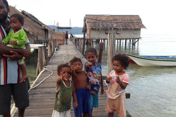 Warga desa Sawinggrai, di Distrik Meos Mansar, Kabupaten Raja Ampat, Papua Barat, Rabu (11/5/2016).