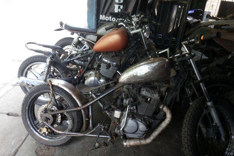 Sejumlah motor hasil modifikasi di bengkel custom Clacustique, Depok.
