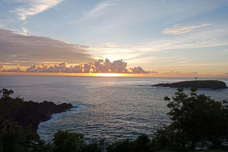 Matahari terbenam di Bukit Asah, Karangasem, Bali.
