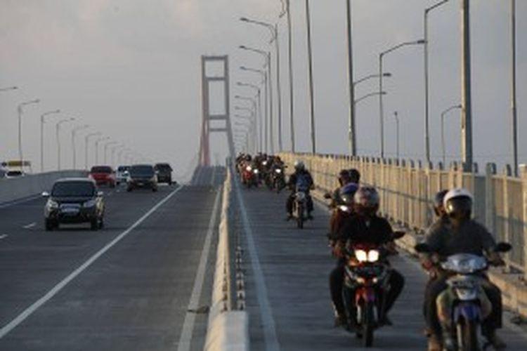 Kendaraan para pemudik khususnya yang menggunakan sepeda motor melintas di jembatan tol Suramadu, Surabaya, Jawa Timur, Jumat (2/9/2011). Arus balik dari Madura menuju Surabaya pada hari ketiga lebaran mulai mengalami peningkatan. Diperkirakan puncak arus balik terjadi pada Minggu (4/9/2011).