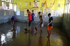 Banjir, Pelaksanaan UAS Ditunda, Siswa Gotong Royong Bersihkan Kelas