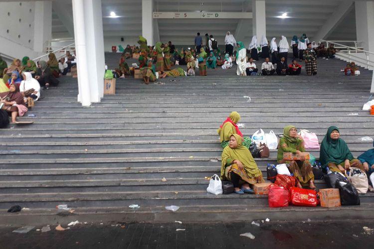 Ratusan ribu ibu-ibu sudah mulai memadati Stadion Utama Gelora Bung Karno (SUGBK), Jakarta Pusat untuk memperingati Hari Lahir (Harla) Muslimat Nahdlatul Ulama ke-73 pada Minggu (27/1/2019).  Sebagian besar ibu-ibu peserta Harla Muslimat yang mendatangi GBK memakai baju dan jilbab bernuansa hijau. Namun, ada pula peserta yang memakai baju dan jilbab berwarna putih.