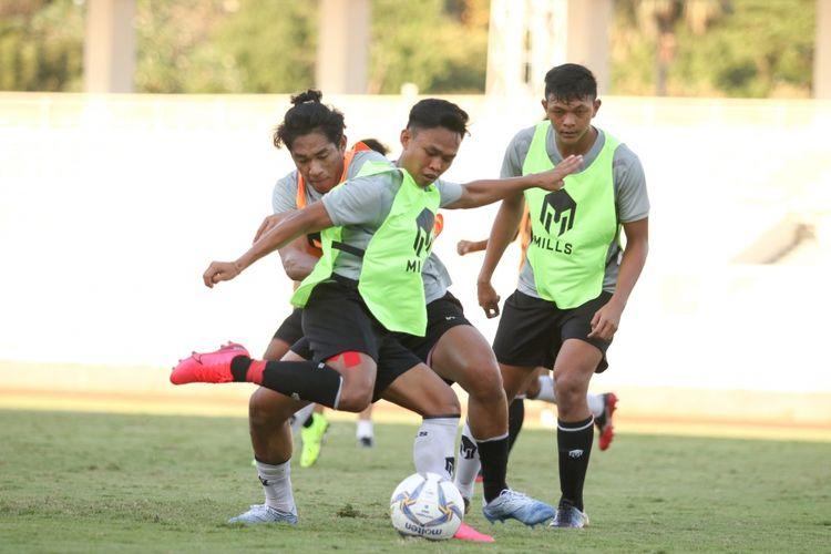 Para pemain timnas U19 Indonesia menggunakan kaus kaki berbeda warna pada pemusatan latihan (TC), Jumat (28/8/2020).