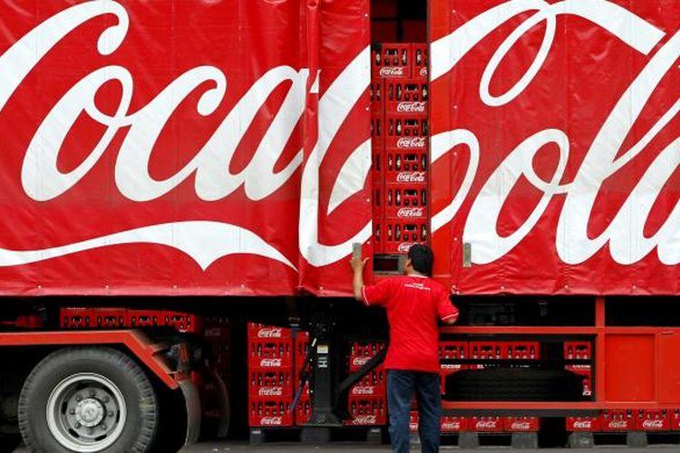 Aktivitas pengangkutan minuman kemasan di Pabrik Coca-Cola Amatil Indonesia, Cibitung, Bekasi, Jawa Barat, beberapa waktu lalu.
