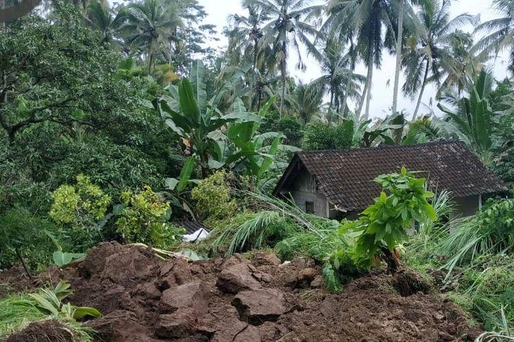 Ni Wayan Beji (80) meninggal dunia karena rumahnya tertimbun longsor di Desa Nongan, Kecamatan Rendang, Karangasem.