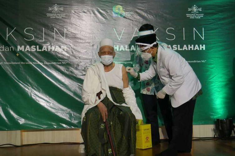 KH Anwar Manshur (Pengasuh Pesantren Lirboyo Kediri) disuntik vaksin Covid-19 di gedung PWNU Jatim, Selasa (23/2/2021).