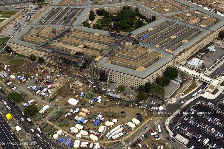 Gambar yang diambil 14 September 2001 ini menunjukkan agen FBI, pemadam kebakaran, petugas penyelamat, dan insinyur bekerja di lokasi serangan 9/11 di Pentagon, Washington DC. Sebuah pesawat American Airlines markas Kementerian Pertahanan AS itu pada 11 September 2001.