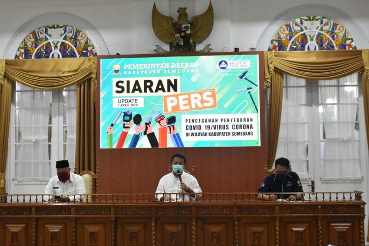 Sekda Sumedang Herman Suryatman saat jumpa pers terkait perkembangan penyebaran Covid-19 di Sumedang. Dok. Humas Pemkab Sumedang/KOMPAS.com