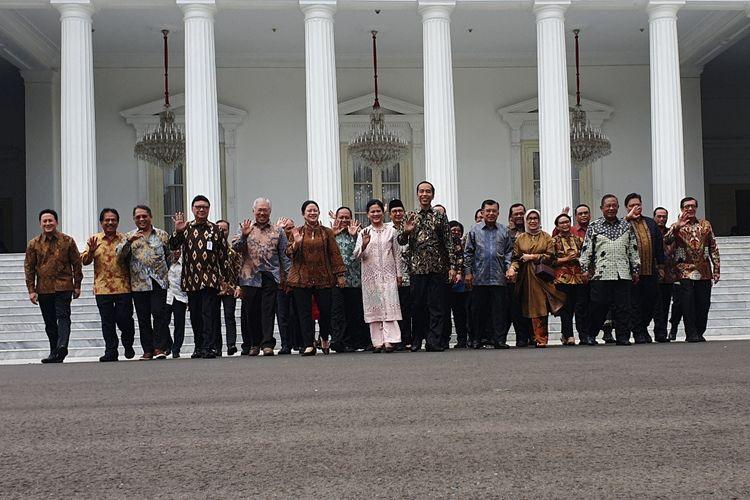 Presiden Joko Widodo menggelar silaturahim perpisahan dengan Wakil Presiden Jusuf Kalla, para menteri kabinet kerja, dan jajaran staf khusus. Acara silaturahim digelar di Istana Merdeka, Jakarta, Jumat (18/10/2019).   Sebelum acara dimulai,  terlebih dahulu diadakan foto bersama di tangga Istana Merdeka.