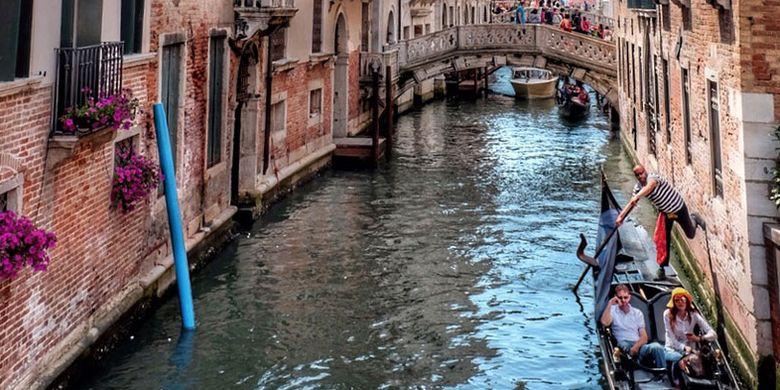 Kota Venesia dikelilingi oleh air dan kanal. Tak mengherankan jika Venesia memiliki beberapa julukan, antara lain City of Water dan City of Bridges.