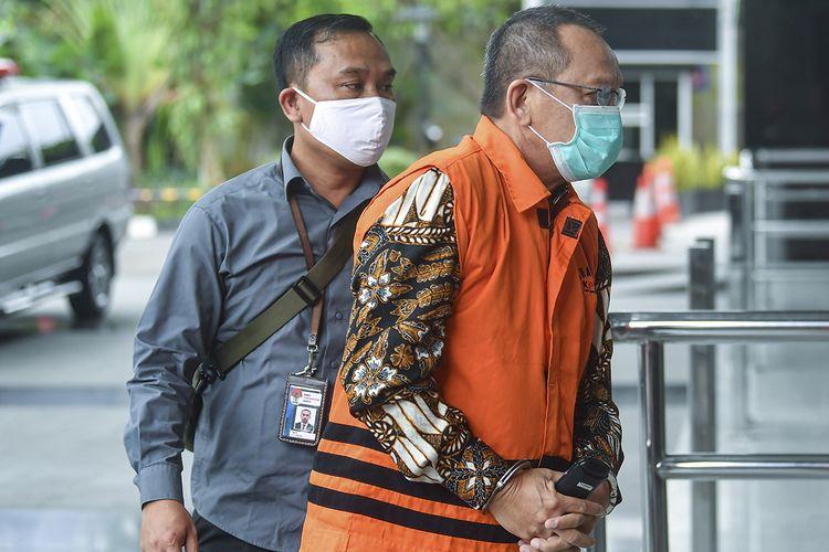 Tersangka kasus dugaan suap gratifikasi senilai Rp46 miliar, Nurhadi (kanan) bersiap menjalani pemeriksaan di gedung KPK, Jakarta, Jumat (19/6/2020). Nurhadi yang merupakan mantan Sekretaris Mahkamah Agung (MA) diperiksa sebagai tersangka terkait suap dan gratifikasi penanganan perkara di MA.
