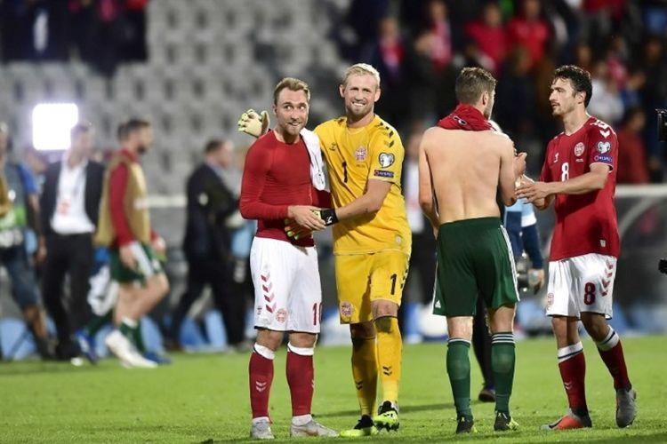 Christian Eriksen dan Kasper Schmeichel merayakan kemenangan Denmark atas Wales pada laga UEFA Nations League di Stadion Ceres Park, 9 September 2018.