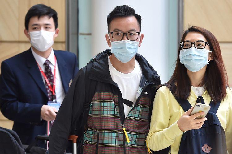 Penumpang pesawat mengenakan masker saat tiba di Bandara Internasional Sydney, 25 Januari 2020.