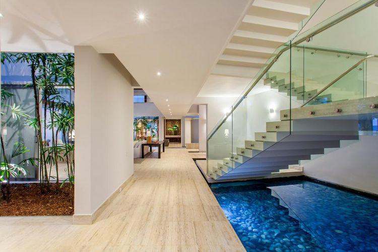 Kolam ikan di bawah tangga