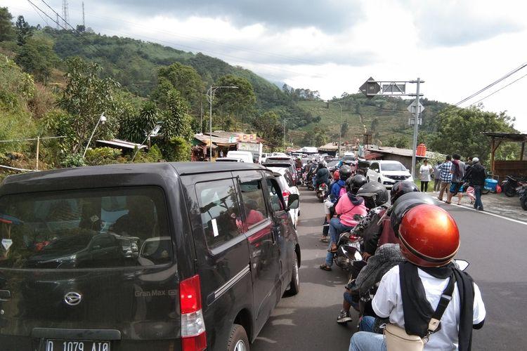 Penampakan arus lalu lintas di Puncak Pass Bogor sampai Masjid AttaAwun mengalami kemacetan sekitsr pukul 13.42 WIB, Minggu (21/6/2020)