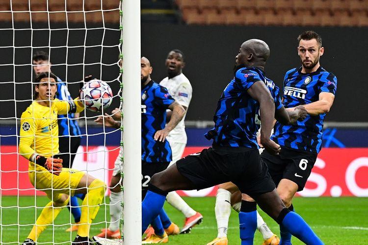 Penyerang Inter Milan, Romelu Lukaku, saat mencetak gol ke gawang Borussia Moenchengladbach, Kamis (22/10/2020) dini hari WIB.
