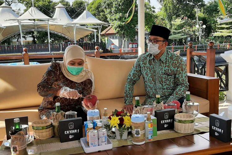 Khofifah mengupas buah mentega untuk Ridwan Kamil saat berkunjung ke Gedung Negara Grahadi Surabaya, Sabtu (29/5/2021).
