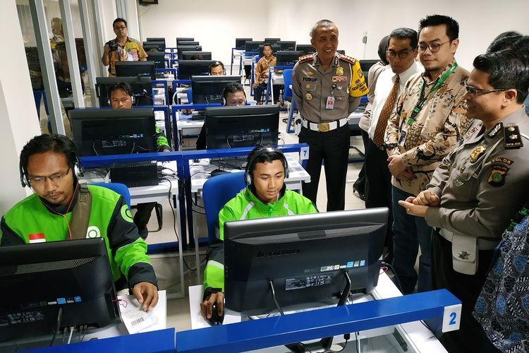 Head of Ecosystem Expansion GoPay Edwin Ariono (kedua kanan) melihat proses ujian pembuatan Kartu Surat Izin Mengemudi (SIM) di Satpas Ditlantas Polda Metro Jaya Daan Mogot, Jakarta Barat, Senin (26/8/2019).