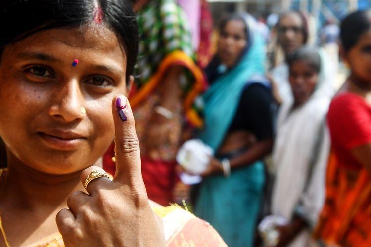 Seorang pemilih di India memperlihatkan tinta pada jarinya setelah menggunakan hak pilihnya di Pulau Ghoramara, pada 19 Mei 2019. (AFP/DIBYANGSHU SARKAR)