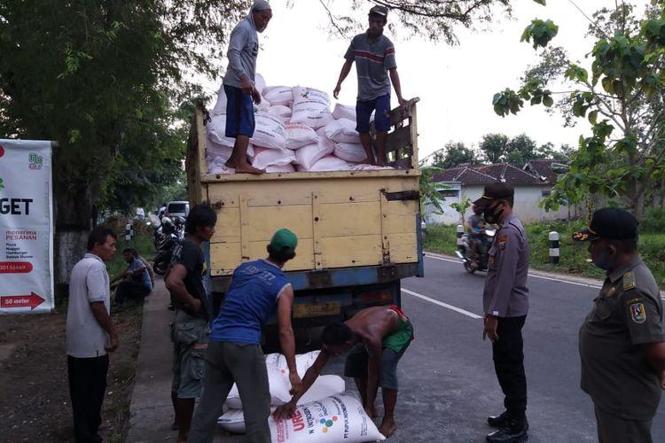 Puluhan petani menghadang dan menurunkan paksa pupuk bersubsidi dari kendaraan pengangkut pupuk bersubsidi yang akan didistribusikan ke agen dan penjual pupuk. Kamis (22/10/2020).