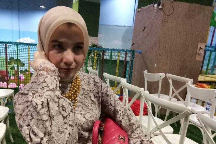 Arzeti Bilbima saat menghadiri acara ulang tahun dokter Sonia Wibisono di Lotte Shopping Avenue, Jakarta Selatan, Rabu (11/10/2017).