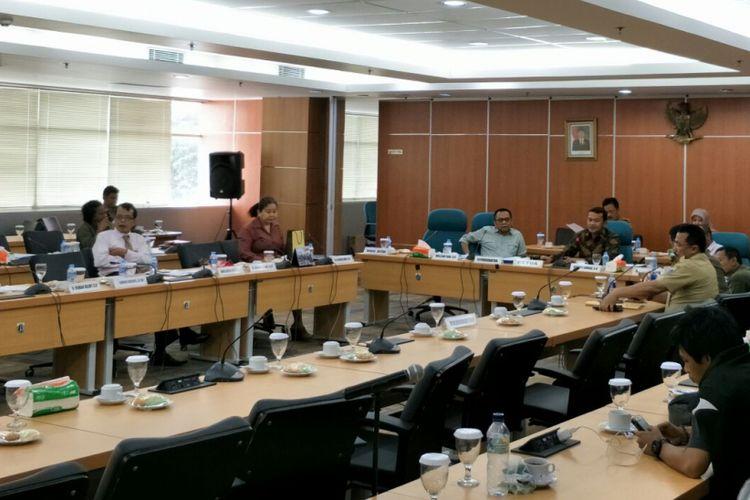 Komisi A DPRD DKI Jakarta menggelar rapat tentang keberadaan menara base transceiver station (BTS) yang tidak bayar sewa lahan ke Pemprov DKI, Selasa (19/12/2017).