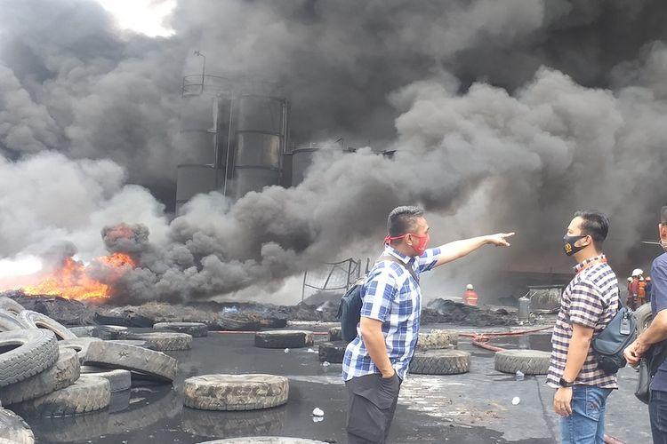 Api kebakaran pabrik pengolahan ban bekas di Jalan Pemuda Ujung, Kelurahan Tampan, Kecamatan Payung Sekaki, Kota Pekanbaru, Riau, masih sulit dipadamkan dan asap hitam membumbung tinggi ke udara, Selasa (18/8/2020).