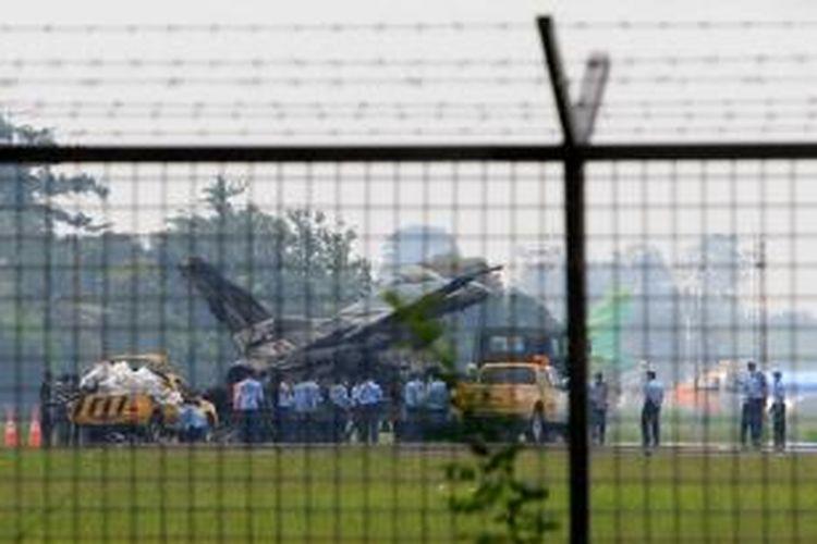 Pesawat F-16 milik TNI Angkatan Udara yang terbakar di Landasan Udara Halim Perdanakusuma, Jakarta, Kamis (16/4/2015). Pesawat tiba-tiba terbakar sesaat setelah gagal terbang. Tidak ada korban jiwa dalam peristiwa ini.