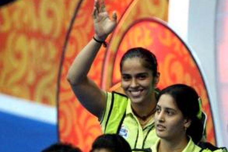 Tunggal putri India, Saina Nehwal, melambaikan tangan pada penonton ketika berjalan menuju sisi lapangan pada Indian Badminton League (IBL), Selasa (27/8/2013).