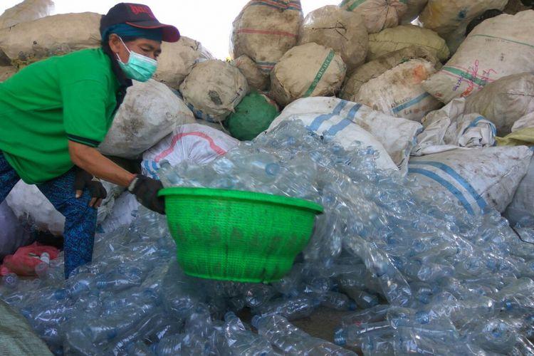 Pengolahan botol plastik bekas yakni Bali PET Recycling di Jalan Tirta Lepang, Kesiman Kertalangu, Denpasar Tmur, Kota Denpasar, Bali