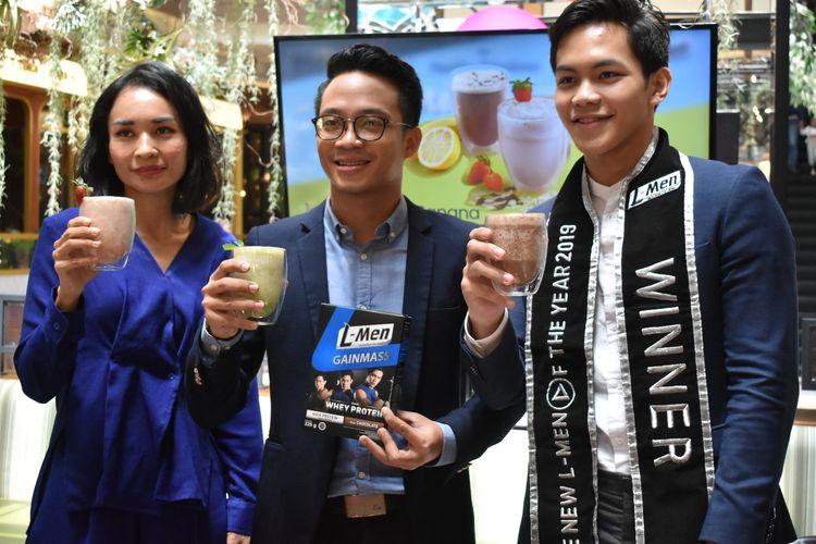 Ellen Widodo, General Manager Marketing & PR Boga Group (kiri); Jesaya Christian, Brand Manager L-Men (tengah); dan Radityo Wahyu Senoputro (kanan), Pemenang The New L-Men of The Year 2019 dan Mister World Indonesia 2019 dalam acara temu media yang diadakan di Jakarta (17/12).