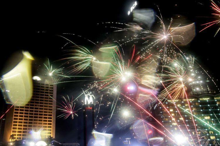 Suasana pesta kembang api saat malam tahun baru di kawasan Bundaran HI, Jakarta, Selasa (1/1/2019). Sejumlah warga ibukota dan sekitarnya memadati kawasan itu untuk merayakan malam pergantian tahun